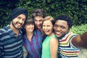 Freunde machen Foto auf smartphone