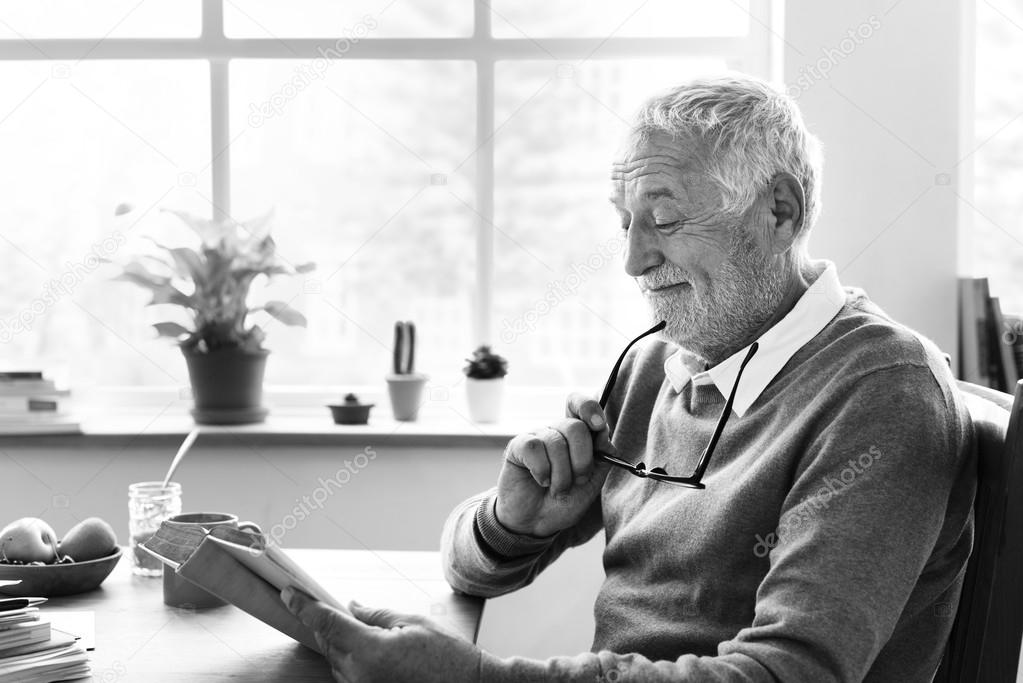 Lectura de adultos mayor — Foto de stock © Rawpixel #128578670