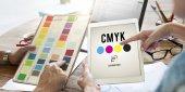 Progettisti che lavorano con tavoletta digitale