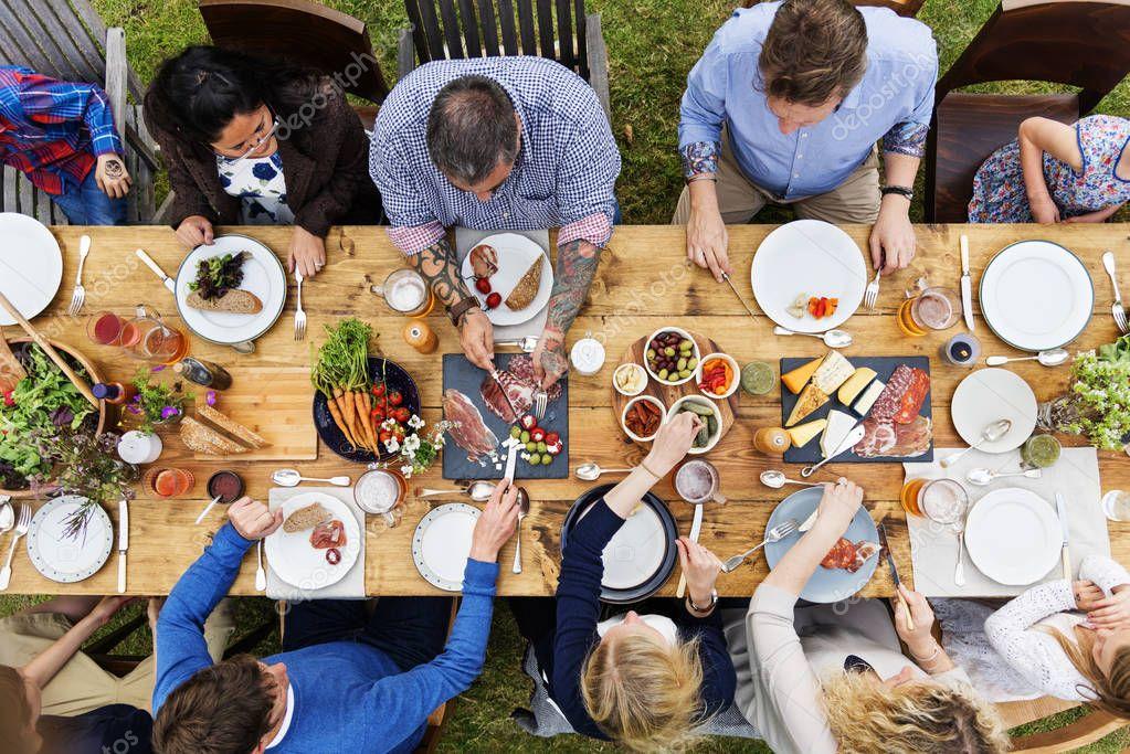 Freunde essen zusammen - Stockfotografie: lizenzfreie