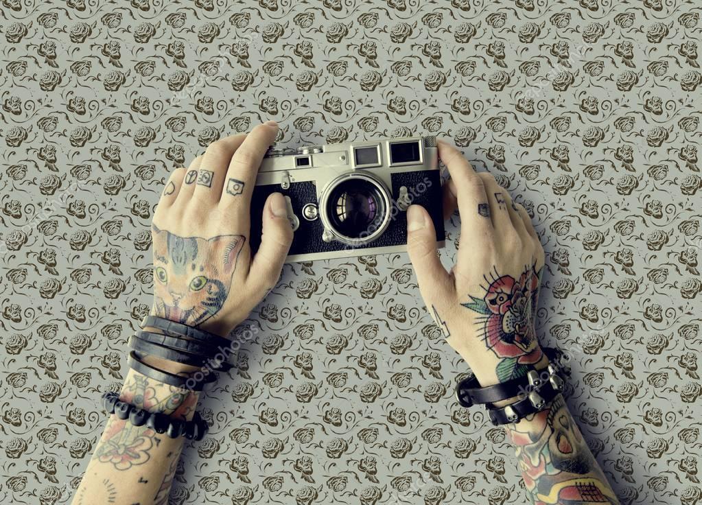 Ręce W Tatuaże Posiada Aparat Fotograficzny Zdjęcie Stockowe