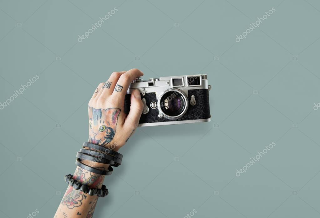 Ręka W Tatuaże Trzyma Aparat Fotograficzny Zdjęcie