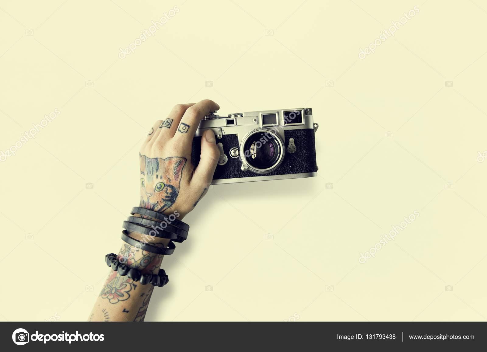 Ręka W Tatuaże Trzyma Aparat Fotograficzny Zdjęcie Stockowe