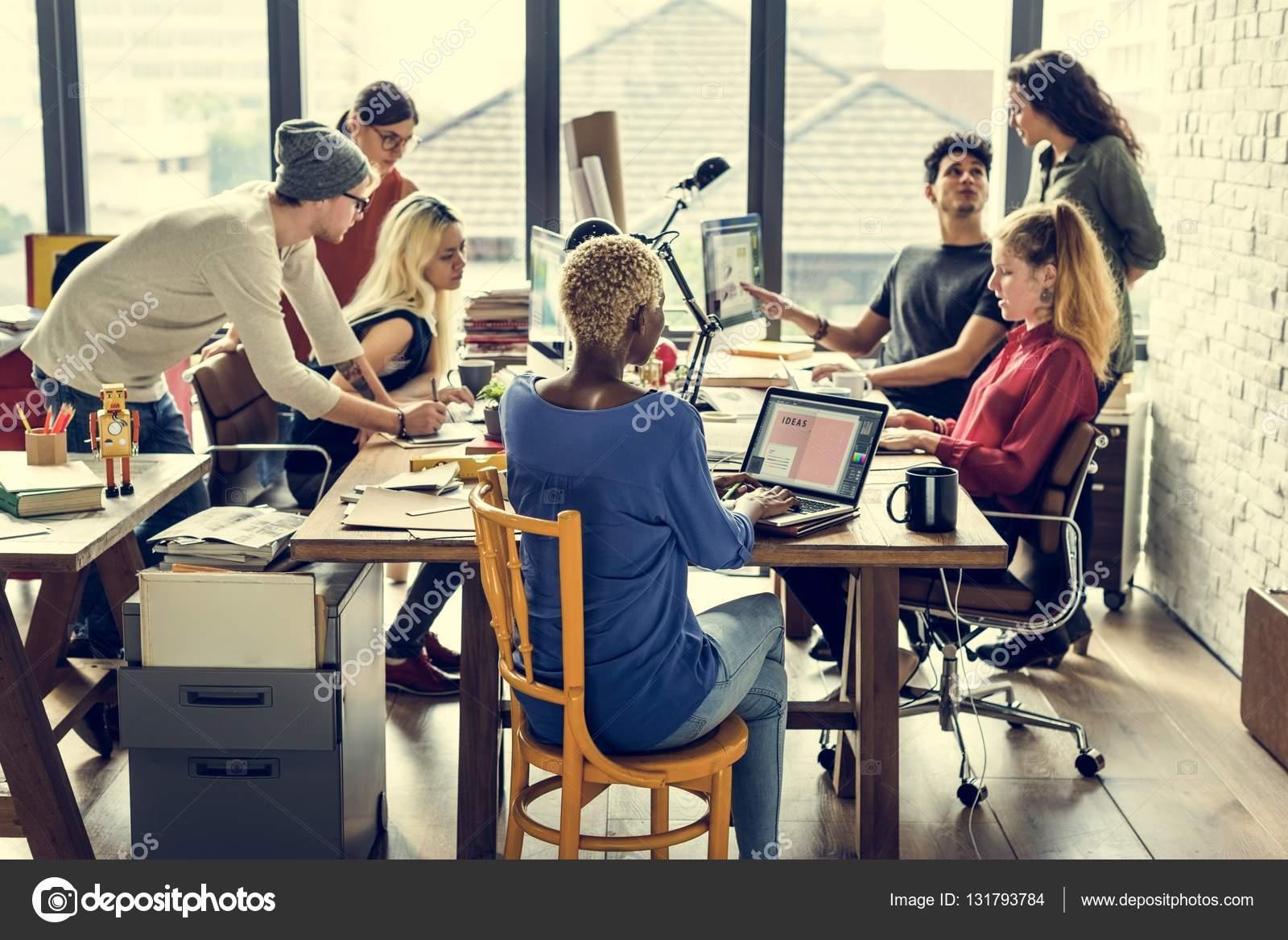 Hipsters Travaillant Dans Le Bureau Contemporain Photographie