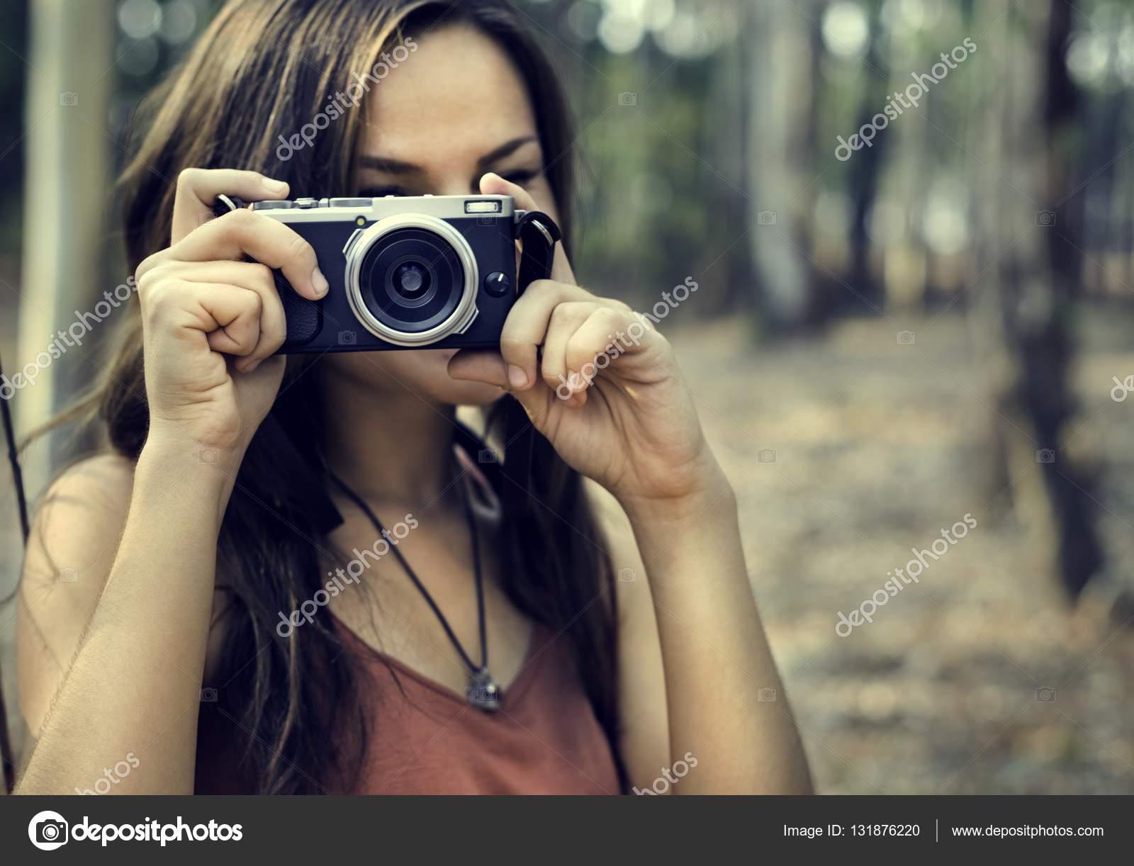 Frau Fotograf Holding Kamera — Stockfoto © Rawpixel #131876220