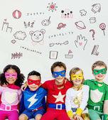 Fotografie Superhelden-Kinder spielen zusammen