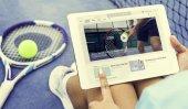 Digitální tablet v rukou ženy