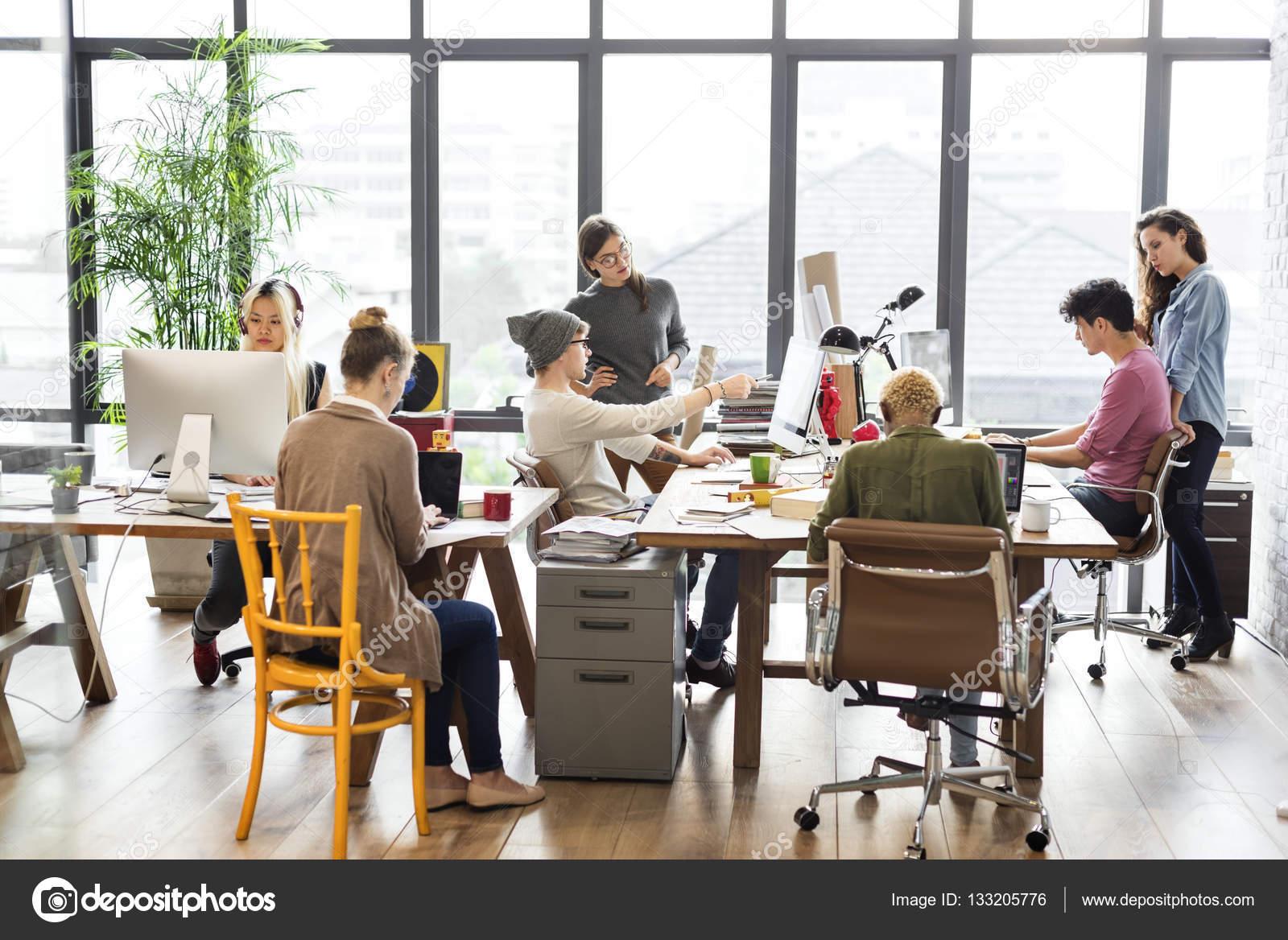 Hipsters travaillant dans le bureau contemporain u photographie