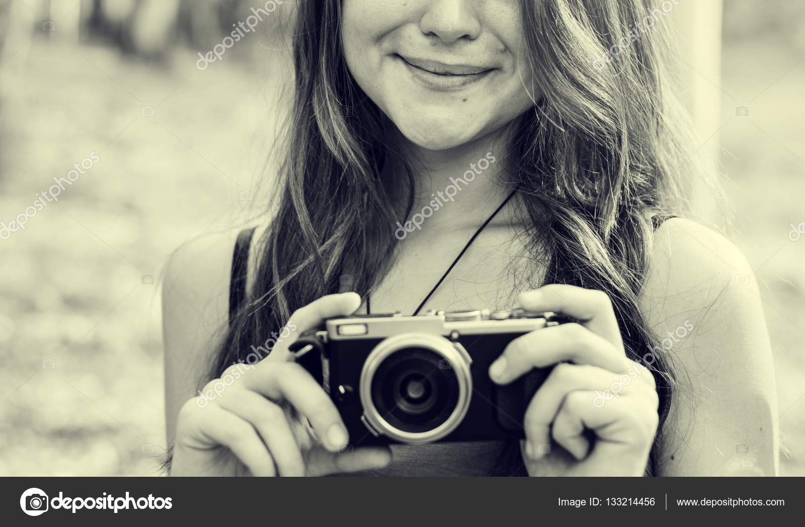 Frau Fotograf Holding Kamera — Stockfoto © Rawpixel #133214456