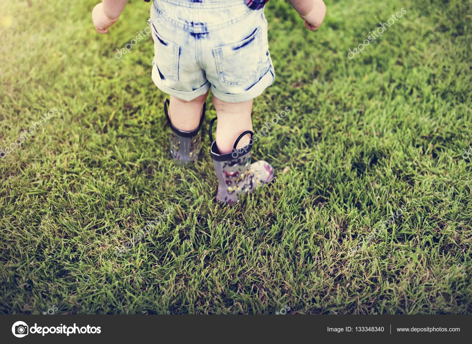 Klein kind lopen op gras u2014 stockfoto © rawpixel #133348340