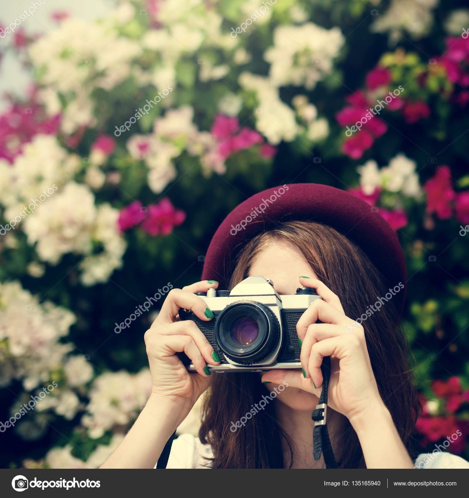 Mädchen Holding Kamera — Stockfoto © Rawpixel #135165940