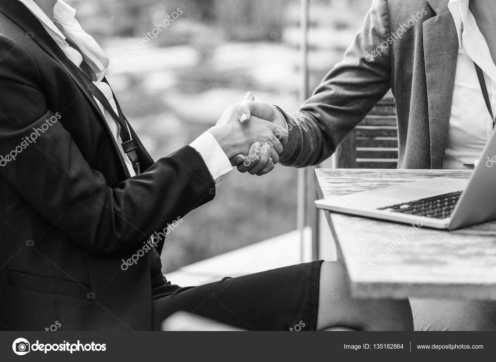 Geschäftsvereinbarung und Händedruck — Stockfoto © Rawpixel #135182864