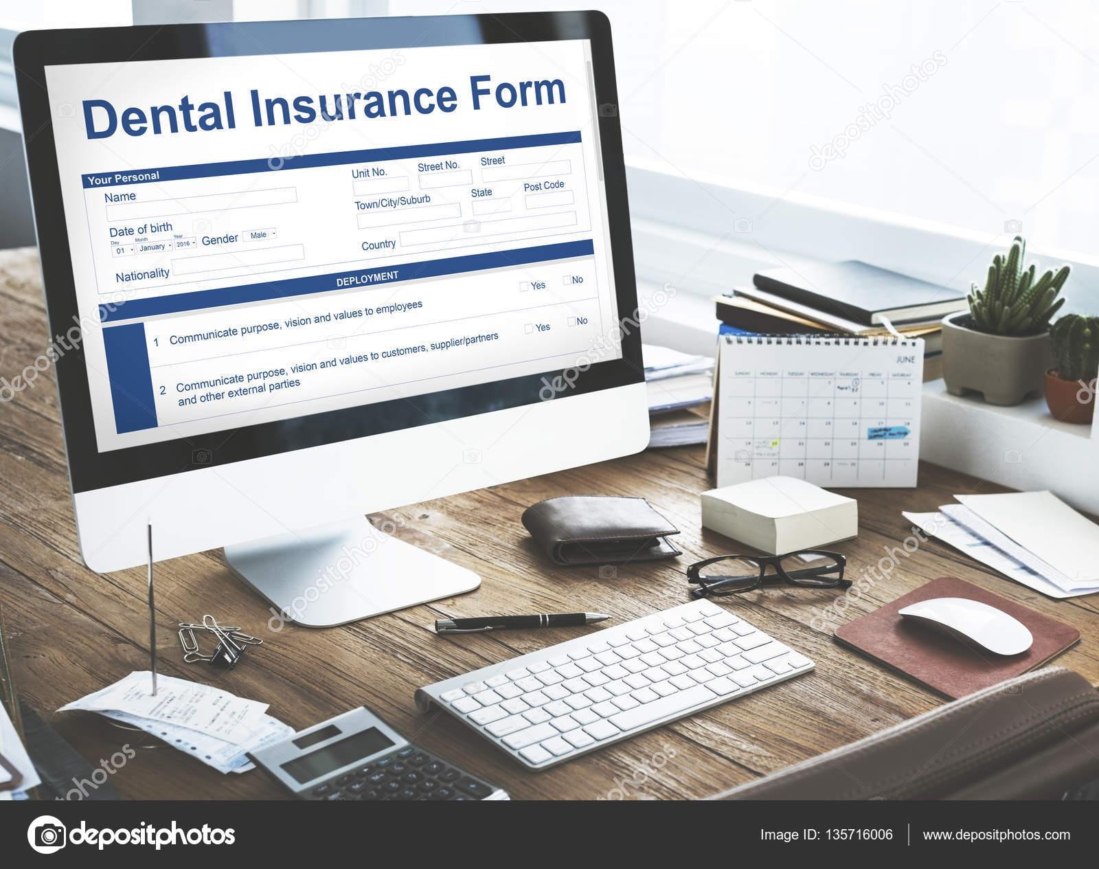 Tavolo Di Ufficio : Monitor del computer sul tavolo di lavoro di ufficio u foto stock
