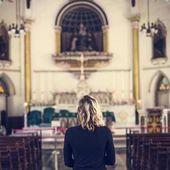 Frau in der Kirche