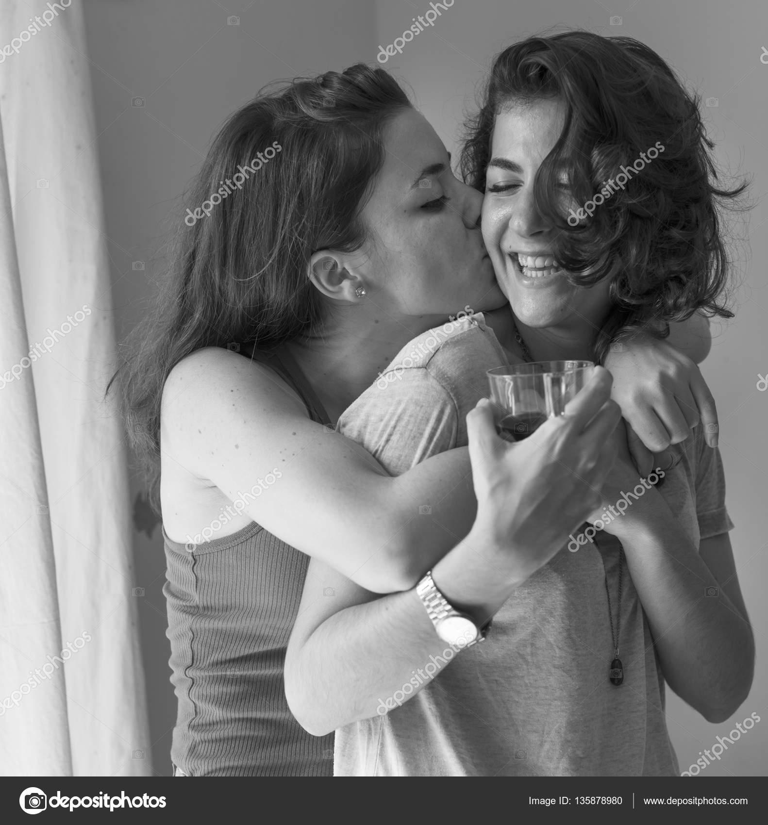 bacio lesbico in bianco e nero