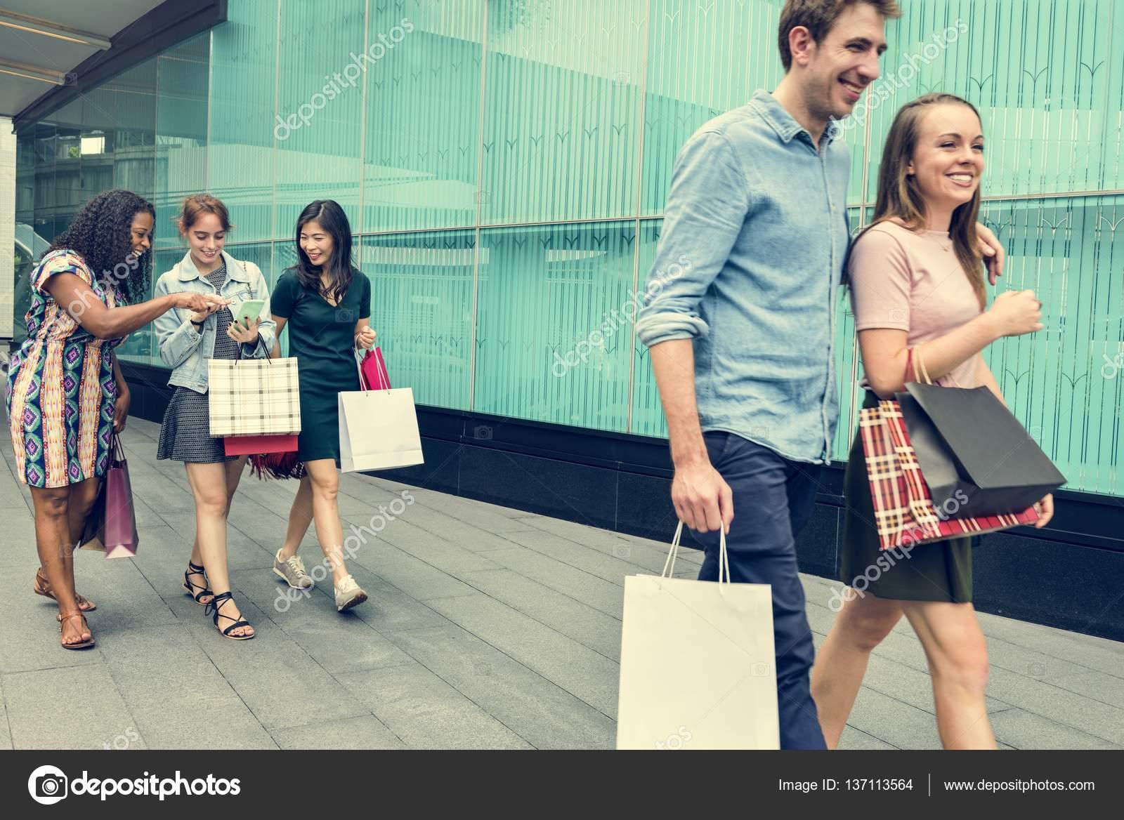 Personas Caminando En El Centro Comercial