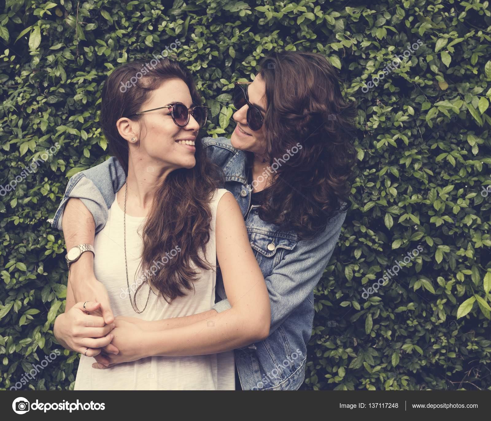 Как обнять подругу не по лесбийски