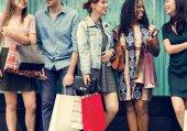 Fotografie Gruppe von Leuten, die einkaufen