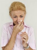 Ältere Frau bläst Nase