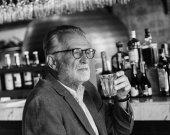 Az ember iszik alkoholt a bar
