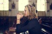 Frau in der Kirche neugierigen