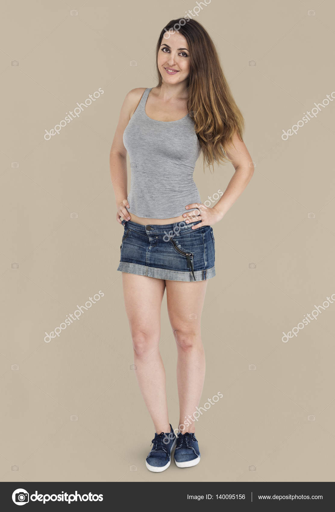 Сдают русское девушка в джинсовой юбке позирует лице мужчины