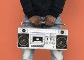 Africký muž poslech hudby v boombox
