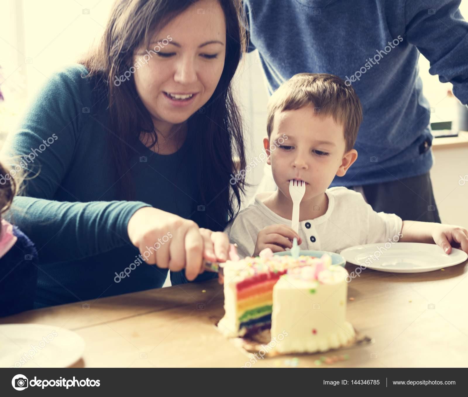 Mamma e figlio che mangia la torta di compleanno, originale photoset \u2014 Foto  di