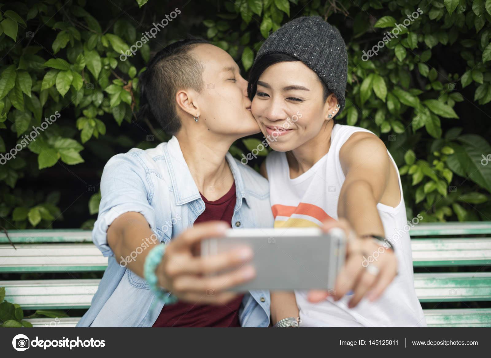 lesbické líbání pic sexuální masáž v Mississauga