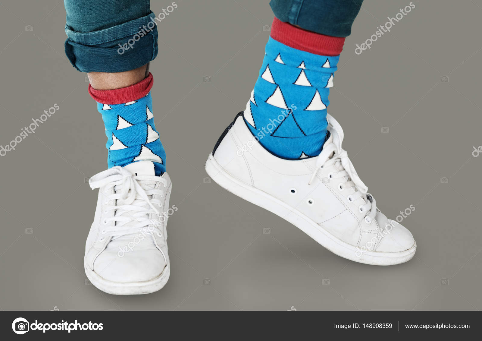 Παπούτσια πάνινα παπούτσια και μπλε κάλτσες — Φωτογραφία Αρχείου ... b9f6959c2aa