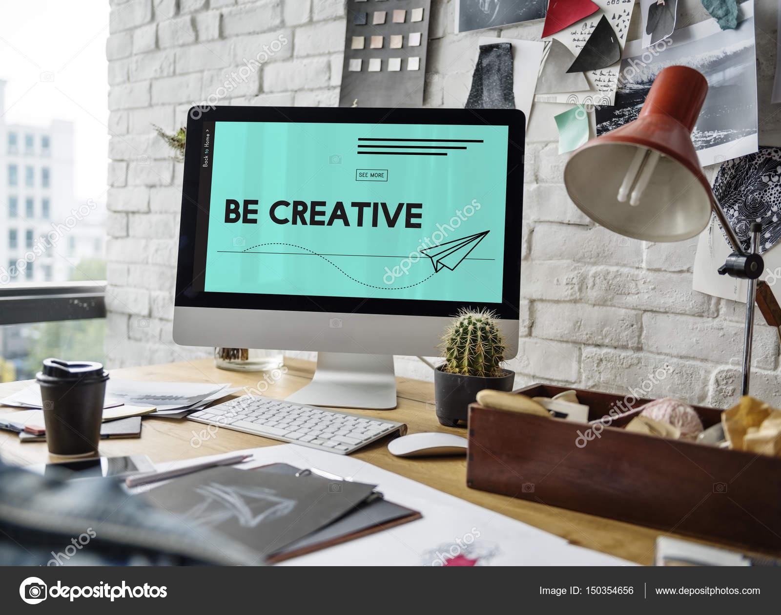 Monitor De Computador No Local De Trabalho Do Designer De Moda U2014 Fotografia  De Stock