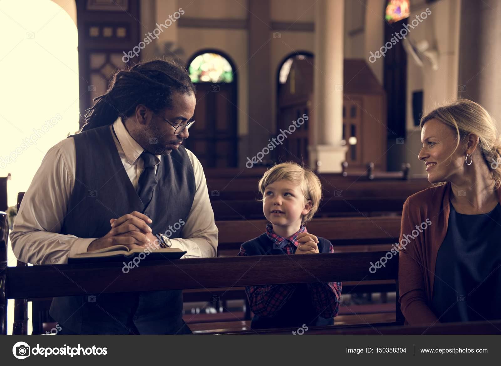 Pessoas Orando Na Igreja Stock Photo Rawpixel 150358304