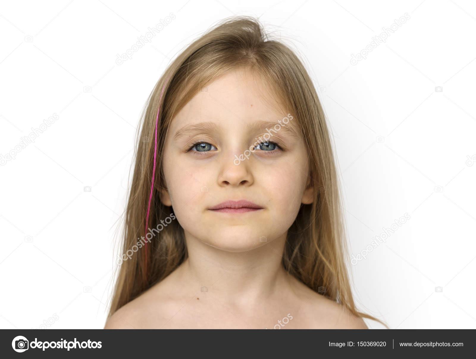 Маленькая девочка разделась в подъезде