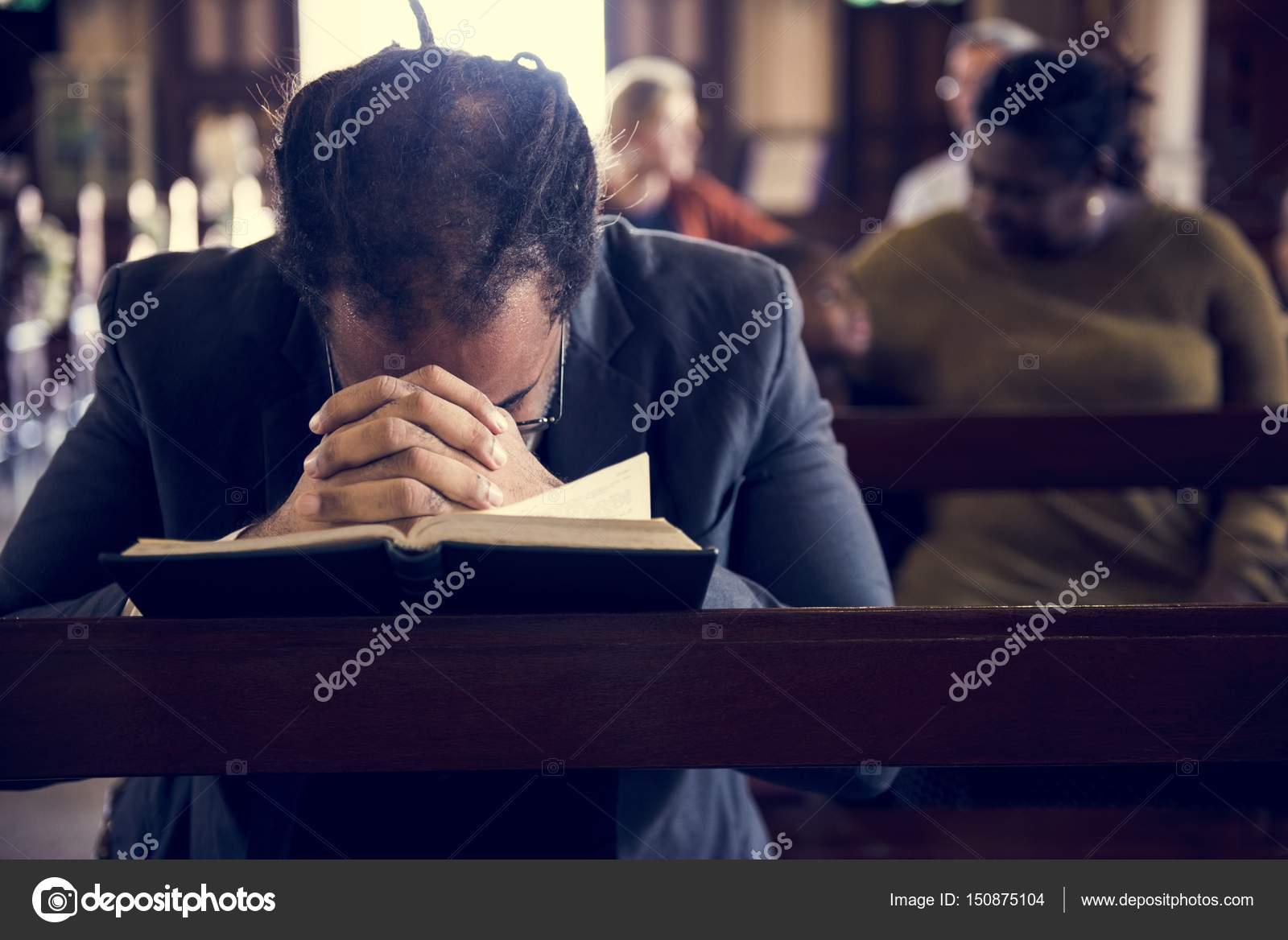 Pessoas Orando Na Igreja Stock Photo Rawpixel 150875104
