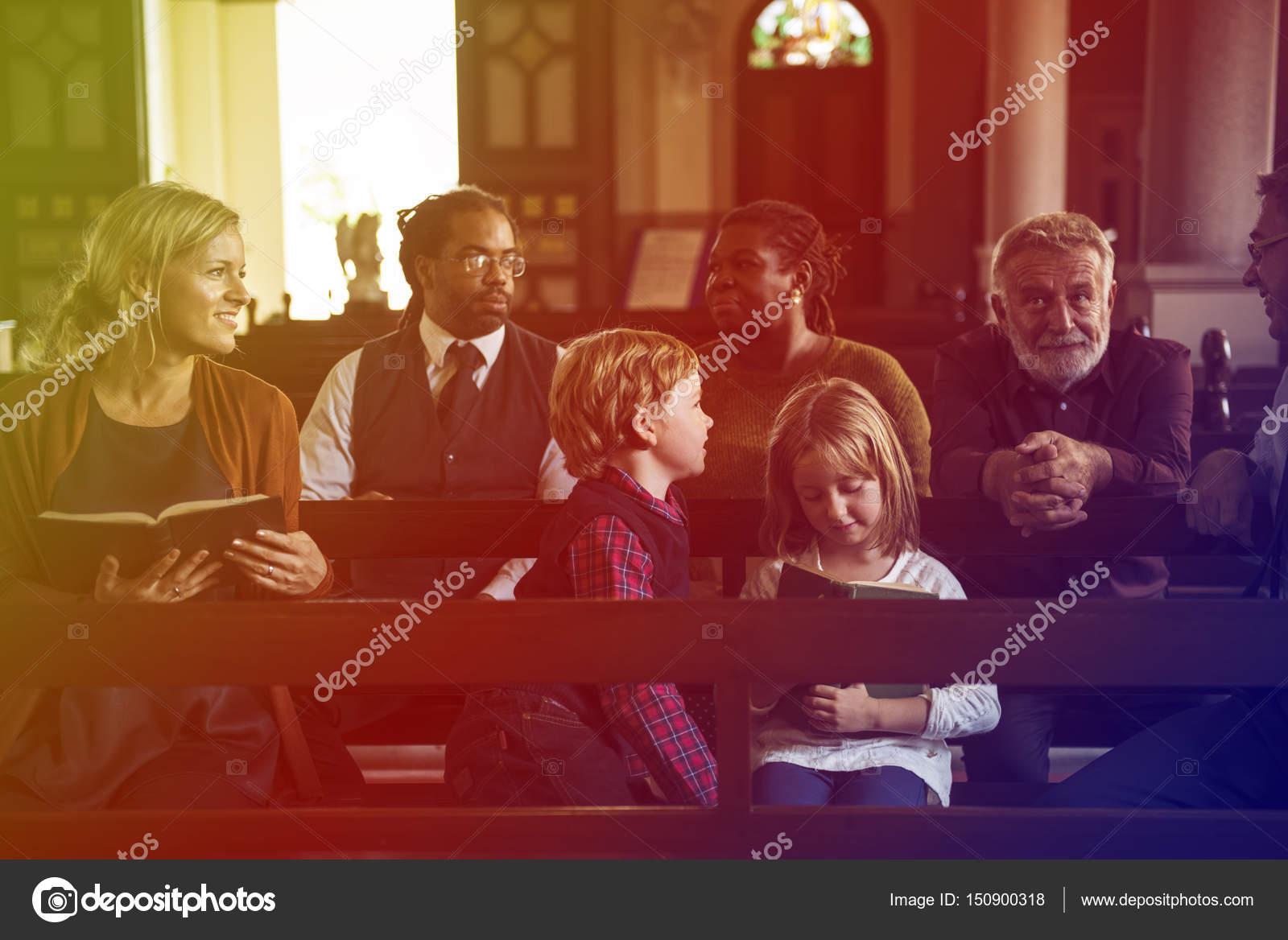 Pessoas Orando Na Igreja Fotografias De Stock Rawpixel