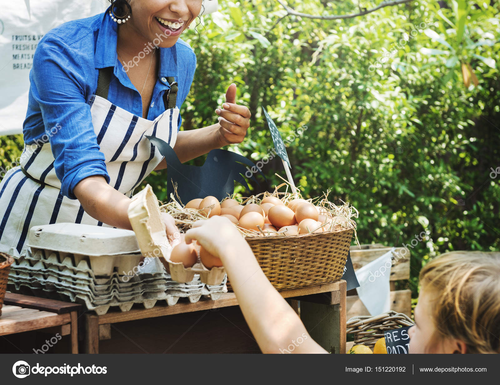 Greengrocer selling organic agricultural products — Stock Photo