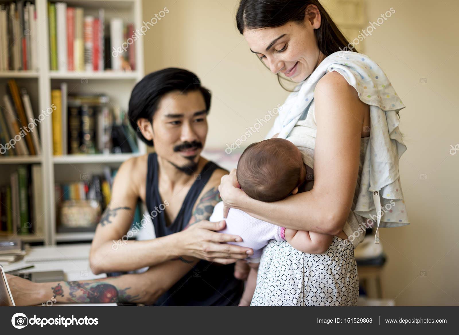 Vader en moeder van kind verzorgen u2014 stockfoto © rawpixel #151529868