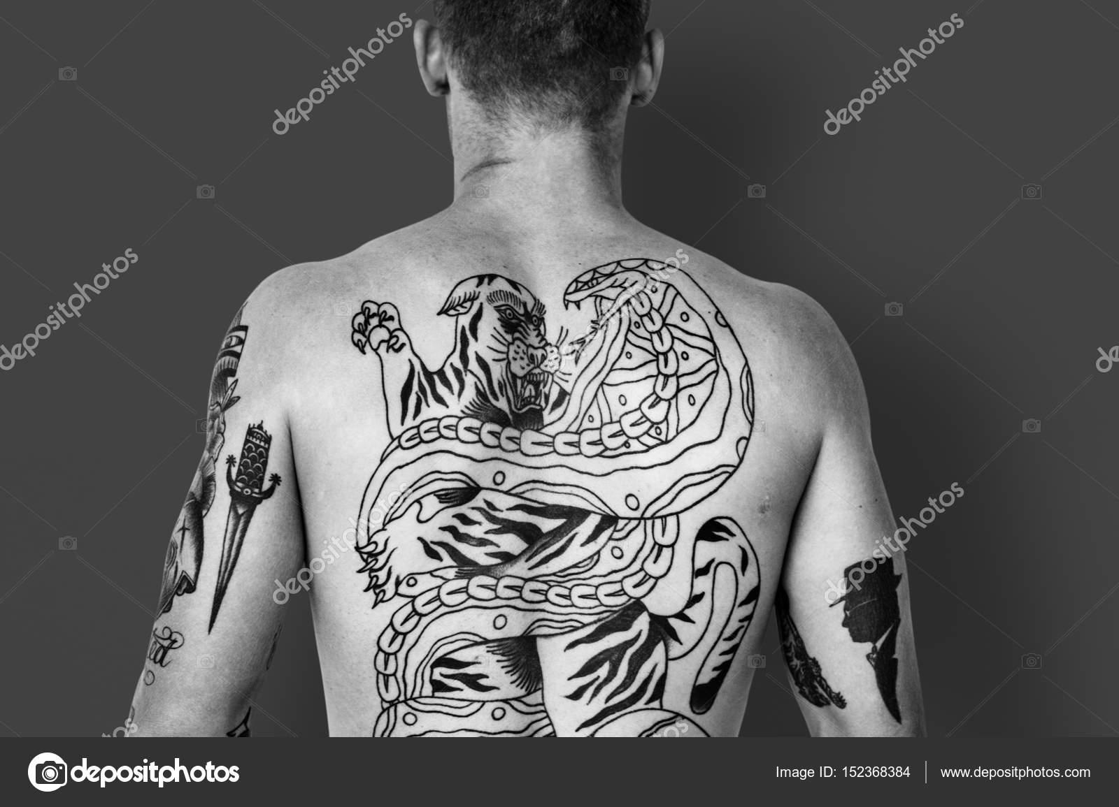 Can, too nakna tatuering flickor the same
