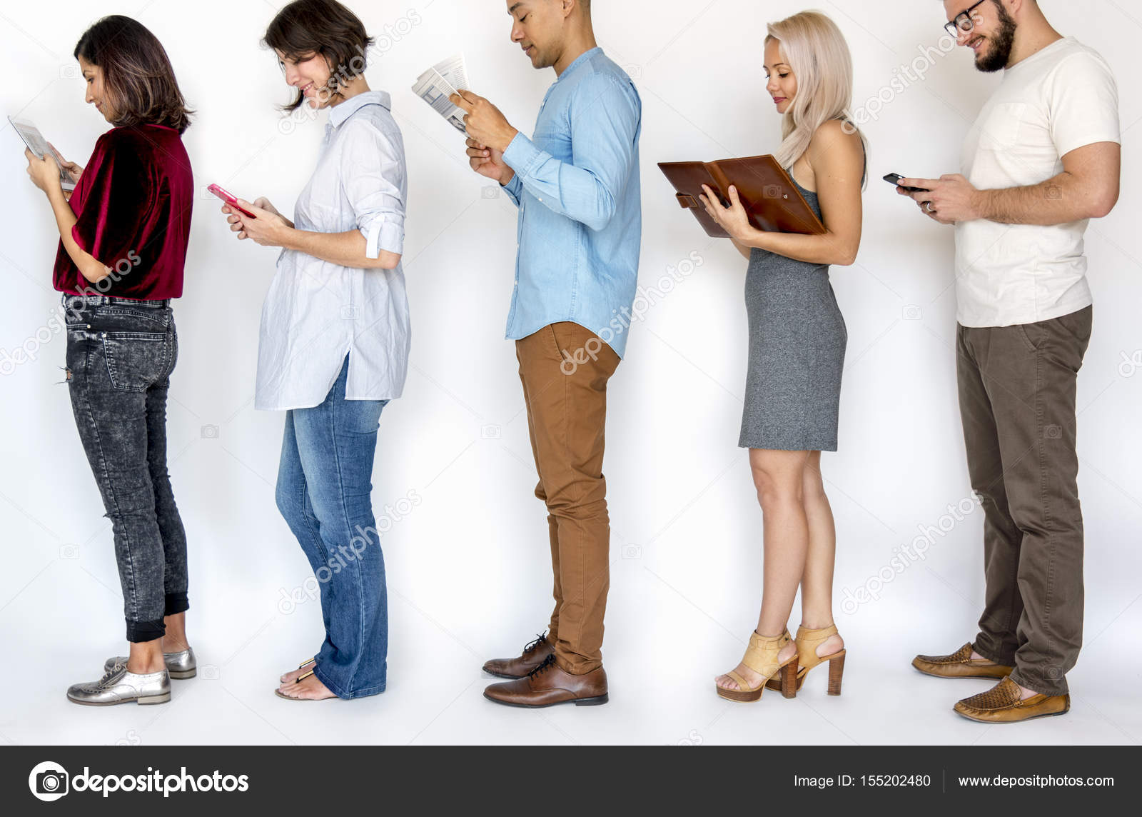 personas de pie y la lectura fotos de stock rawpixel 155202480
