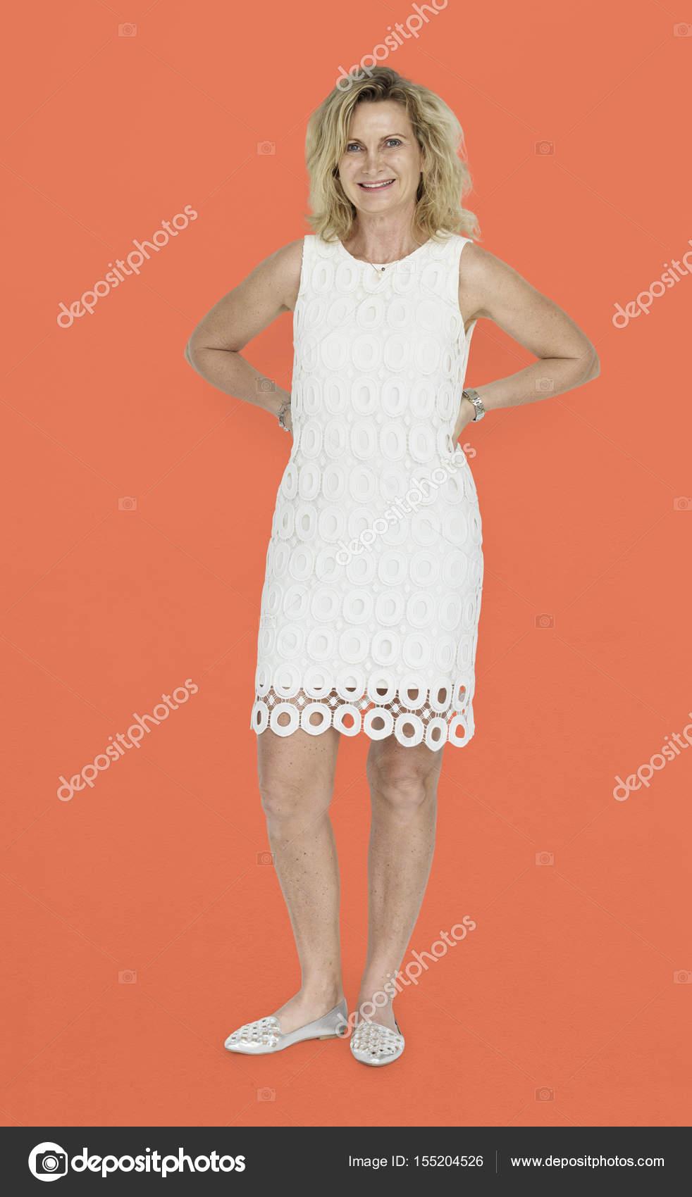 Reife blonde Frau im Kleid — Stockfoto © Rawpixel #155204526