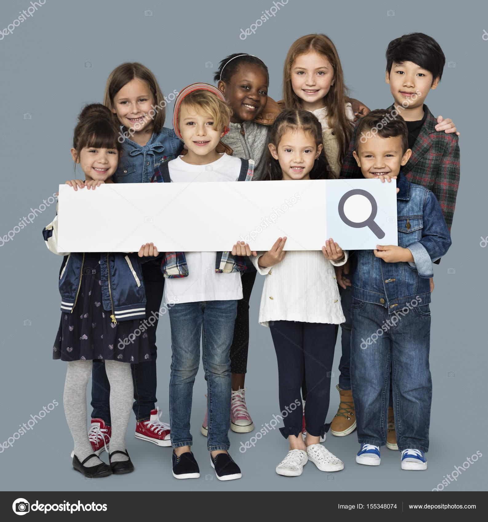 niños con el marco de la barra de búsqueda — Fotos de Stock ...