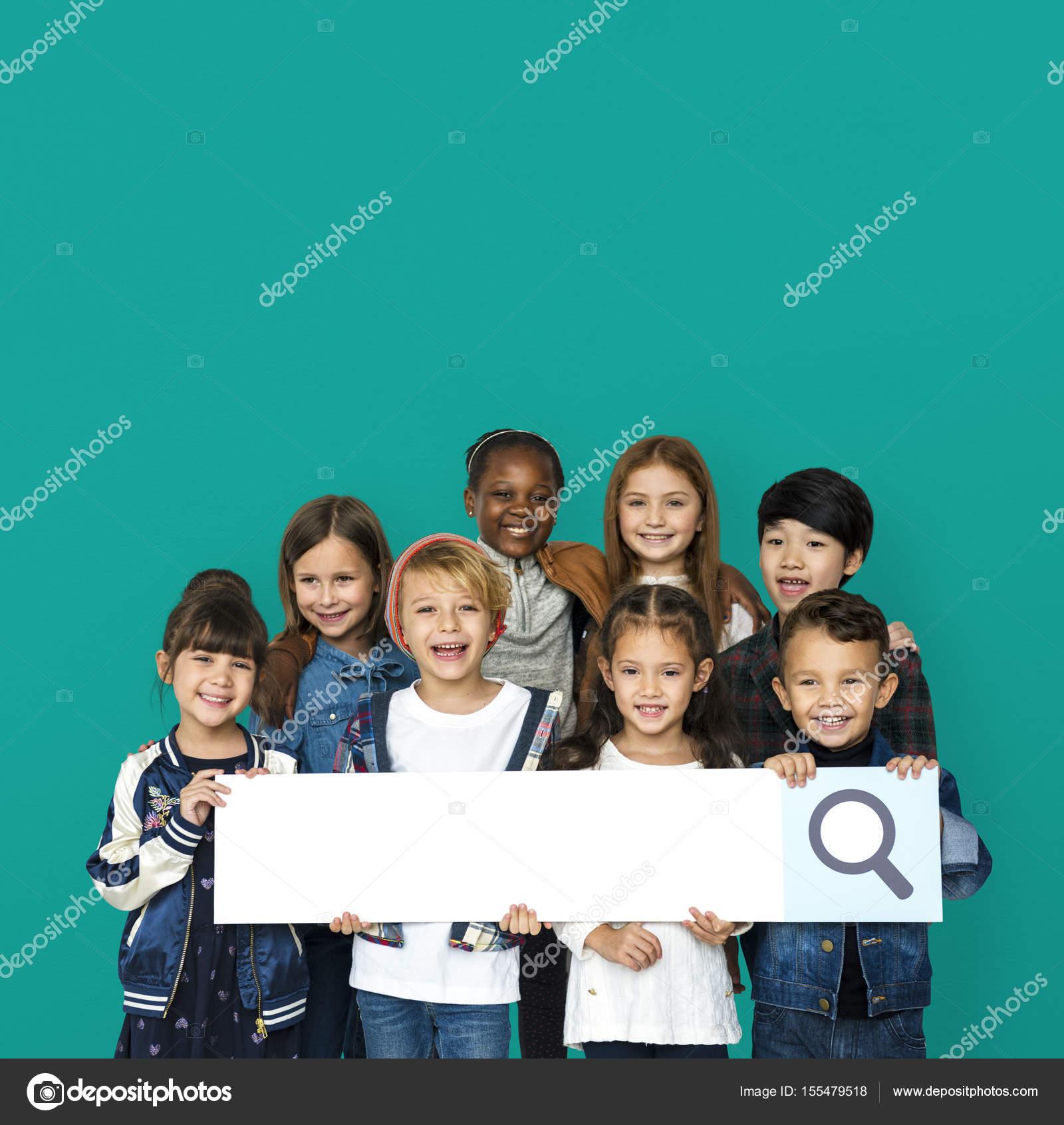 niños con el marco de la barra de búsqueda — Foto de stock ...