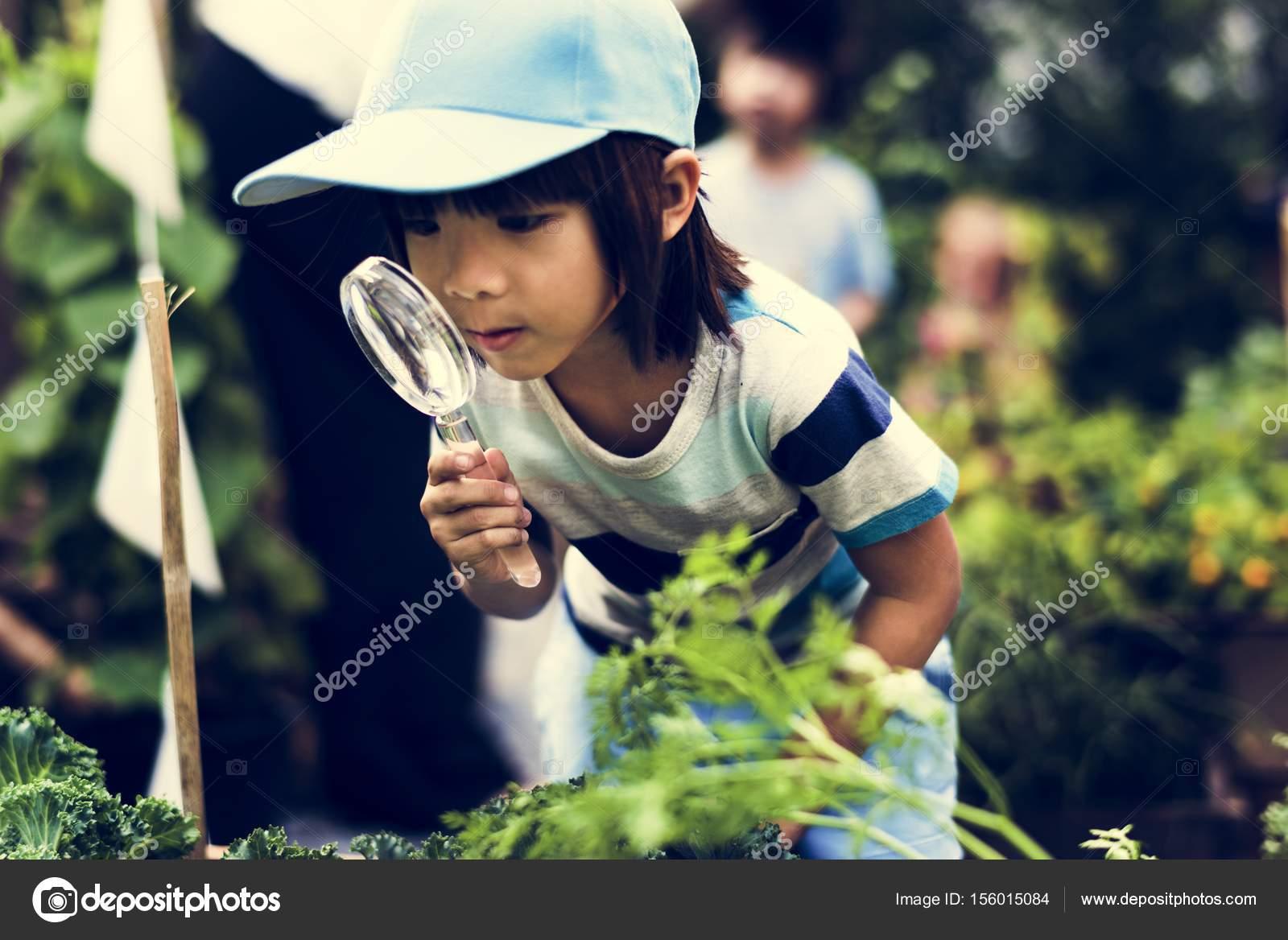Kind is het gebruik van vergrootglas u2014 stockfoto © rawpixel #156015084