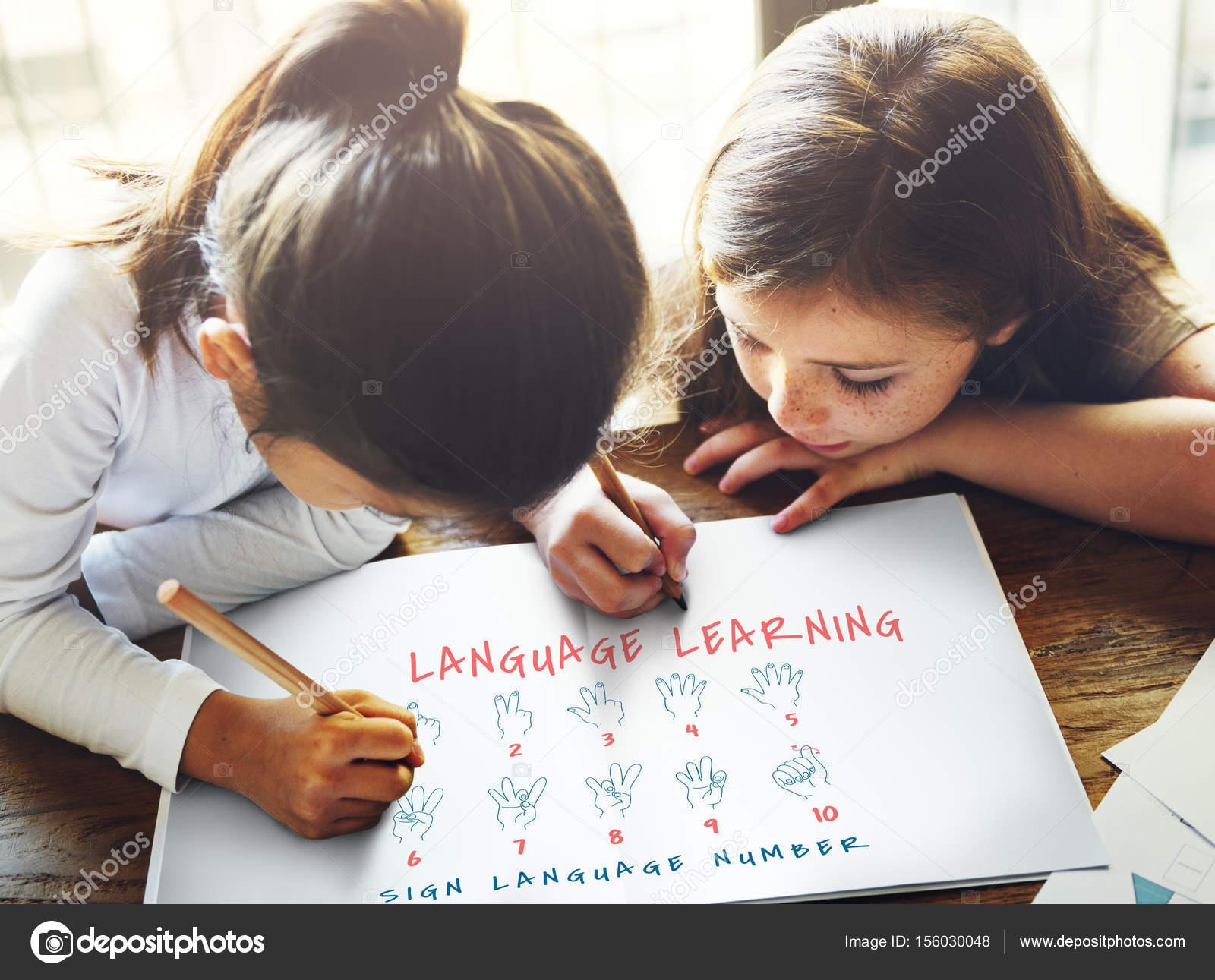 chicas dibujo en instrucciones de lenguaje de señas — Foto de stock ...