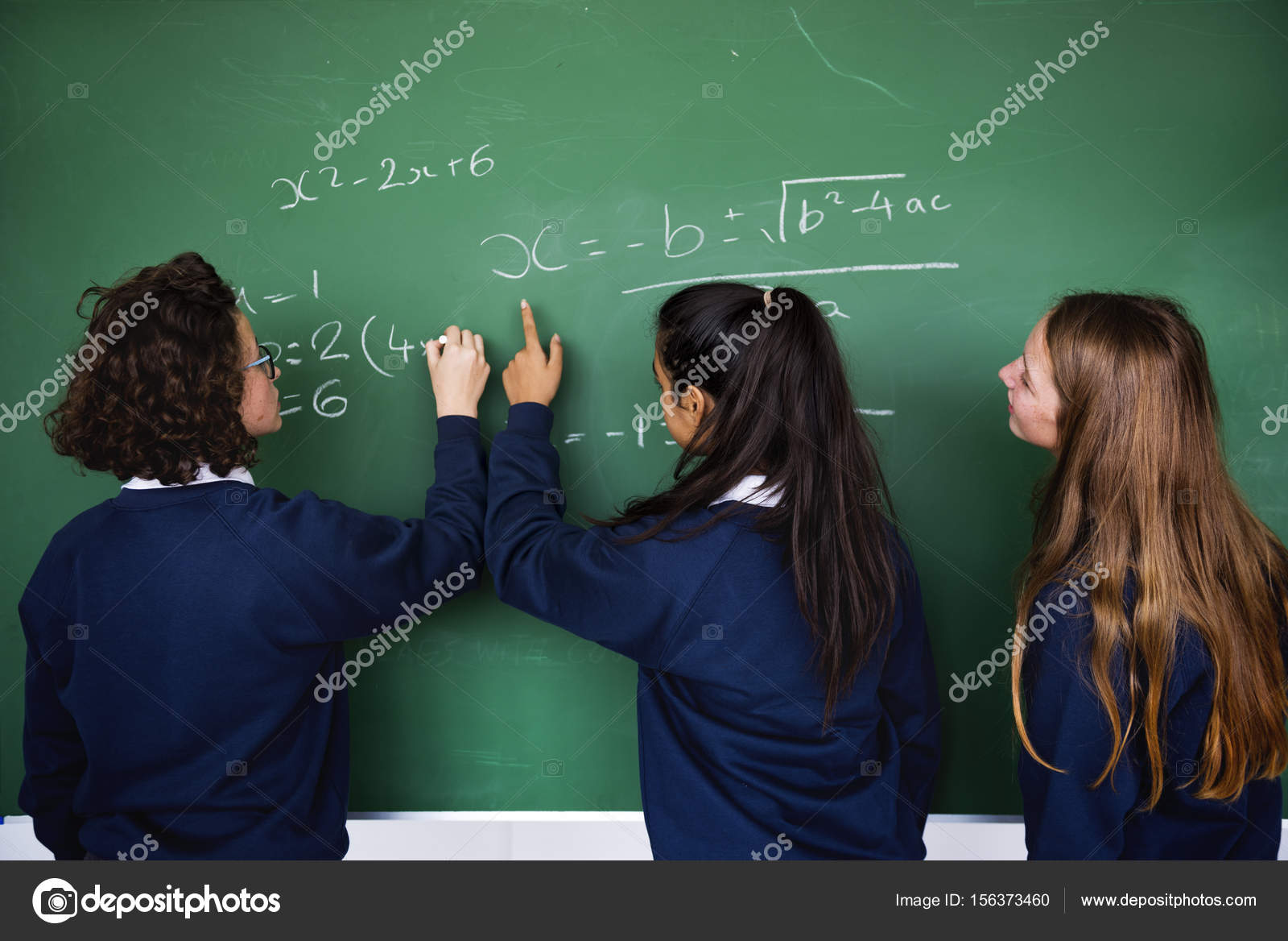 Studenten, die an Tafel schreiben — Stockfoto © Rawpixel #156373460