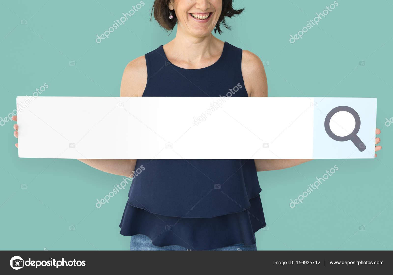 mujer que sostiene el marco de la barra de búsqueda — Fotos de Stock ...