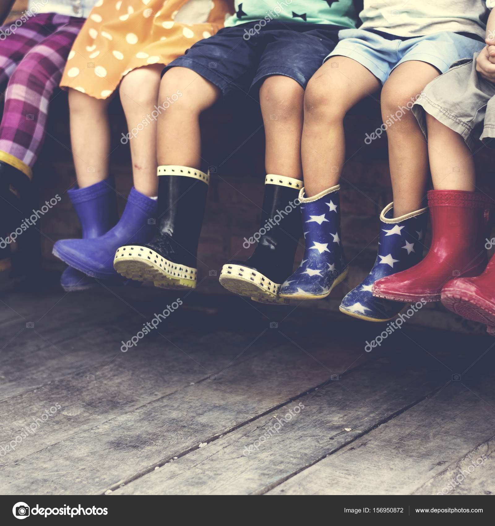 4a43b69a5a2 Crianças usando botas de borracha coloridas — Fotografias de Stock ...