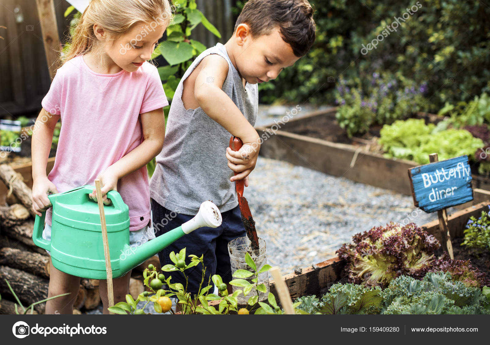 Kinder im garten arbeiten stockfoto rawpixel 159409280 for Garten arbeiten