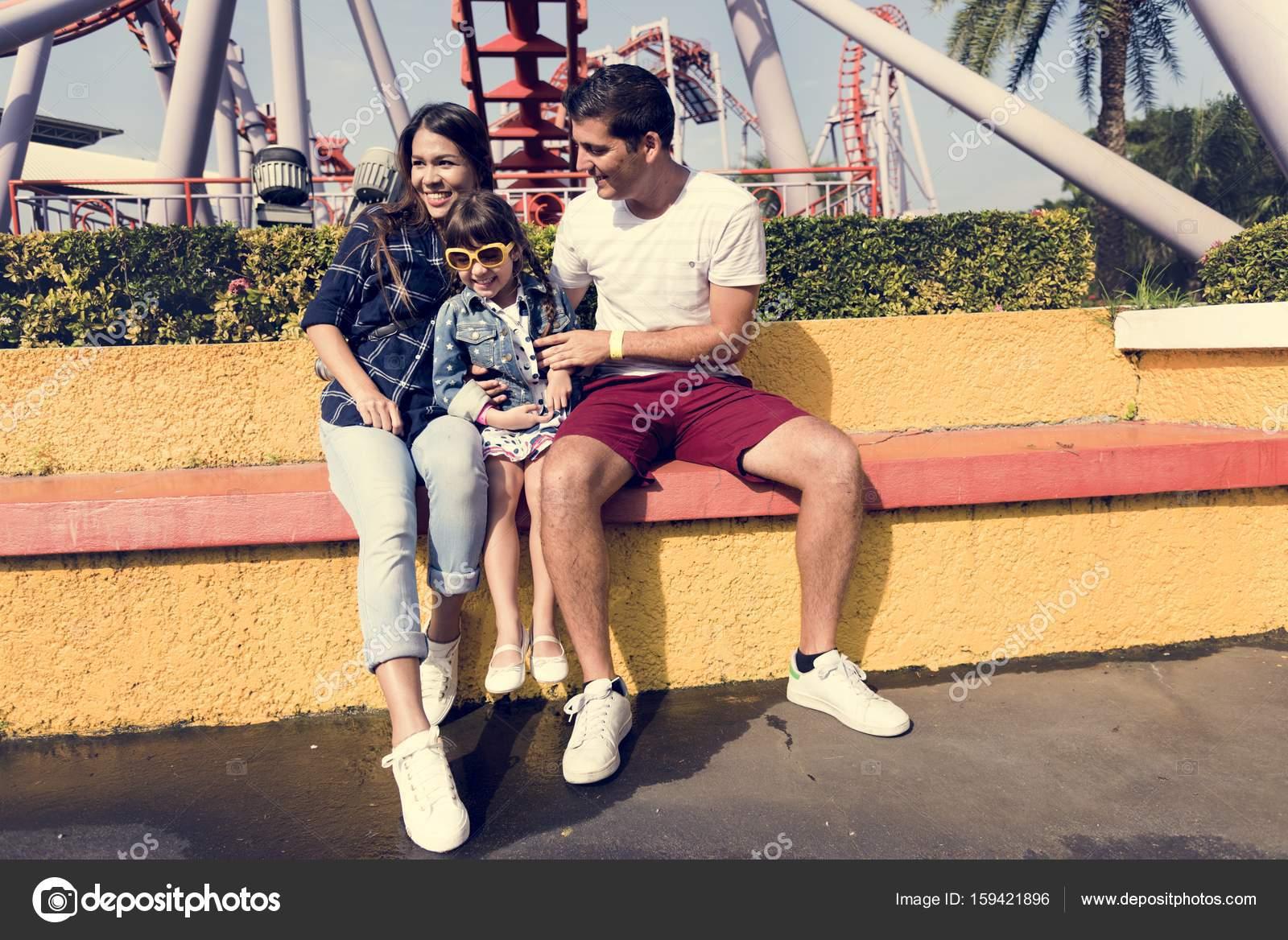 Crianças Se Divertindo No Parque: Família Se Divertindo No Parque De Diversões
