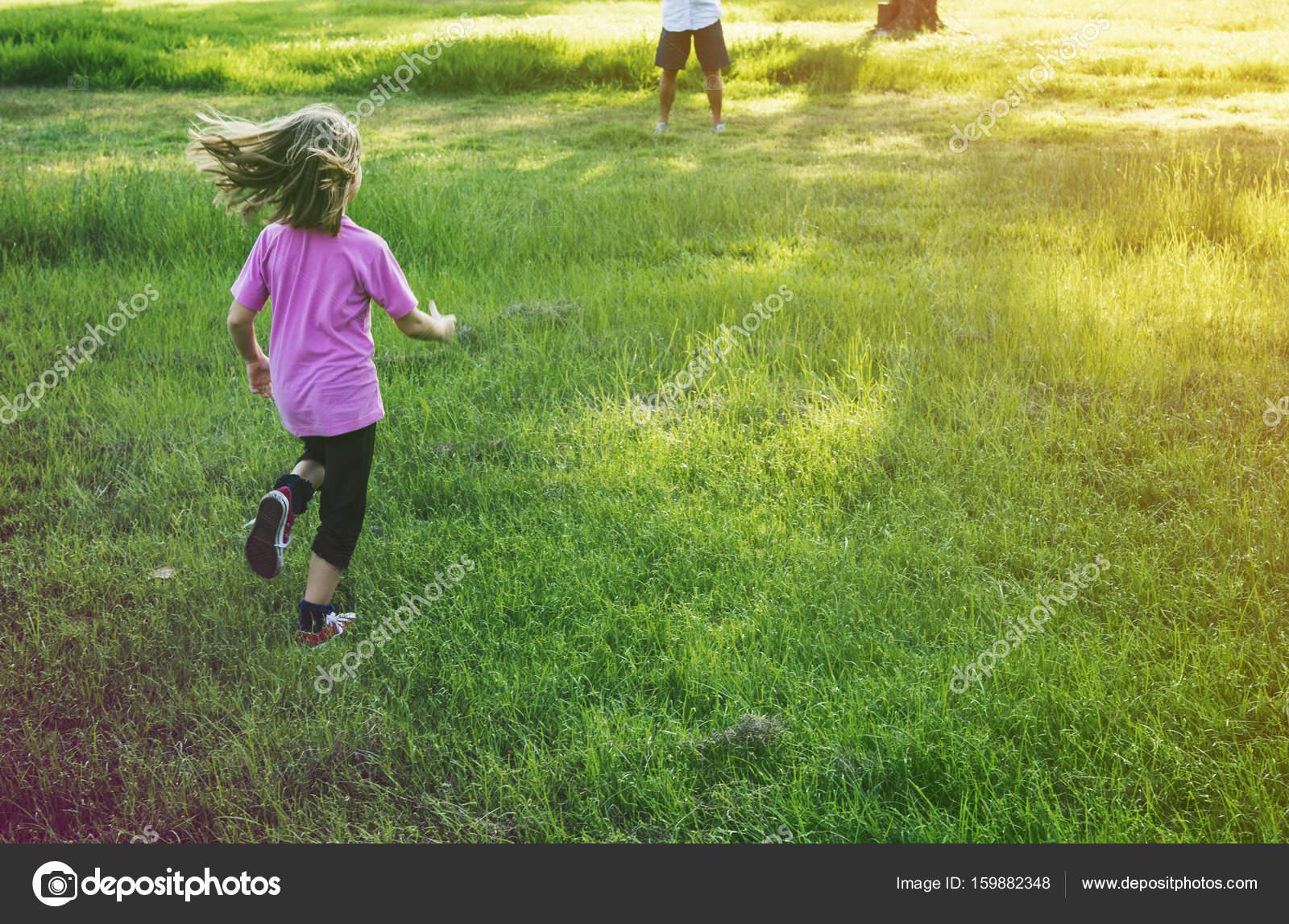 e3b275a8cf5b5f Mädchen läuft in Wiese — Stockfoto © Rawpixel  159882348